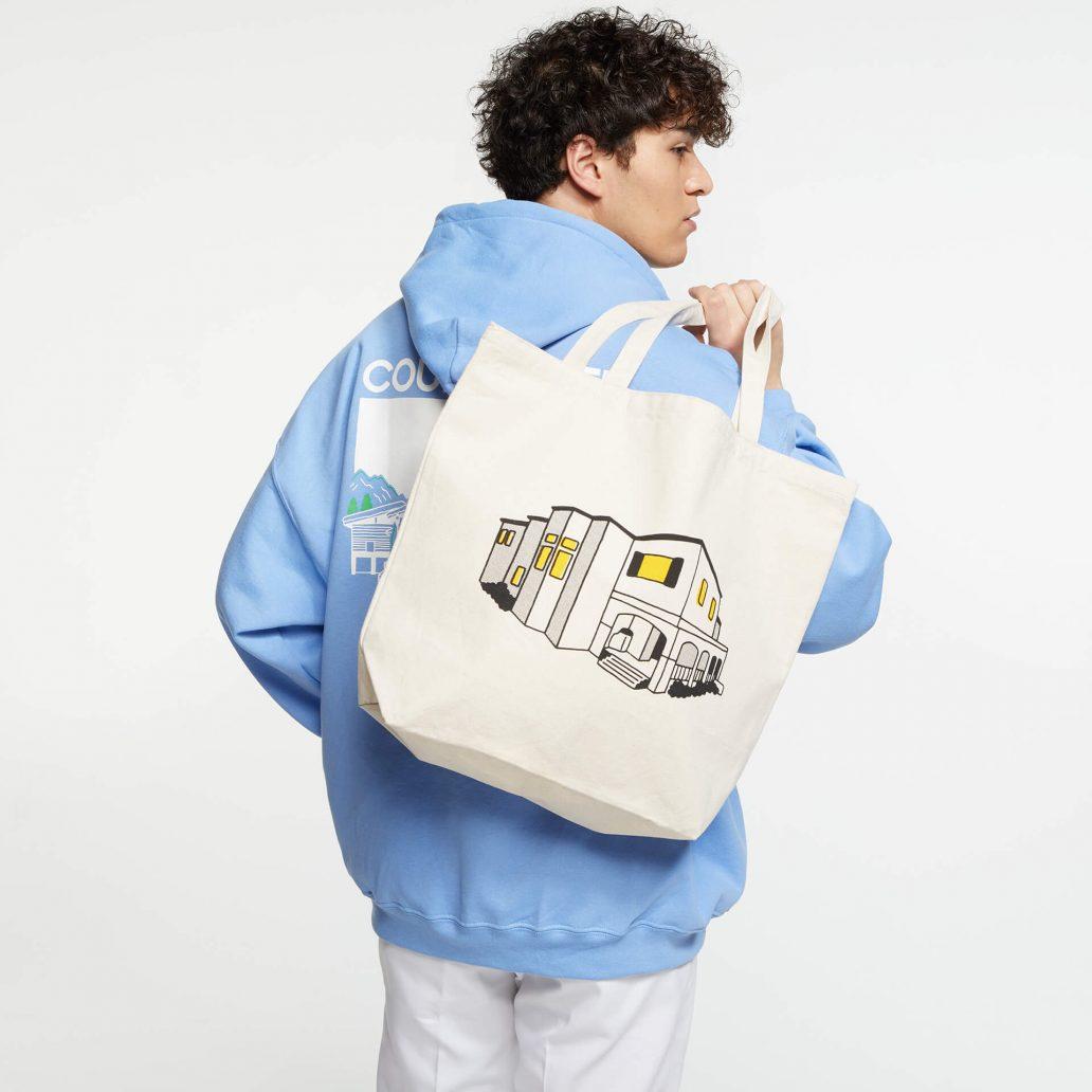 ユービーアイソフトの商品の正面写真 レインボーシックス シージ HOUSE トートバッグ 男性モデル着用