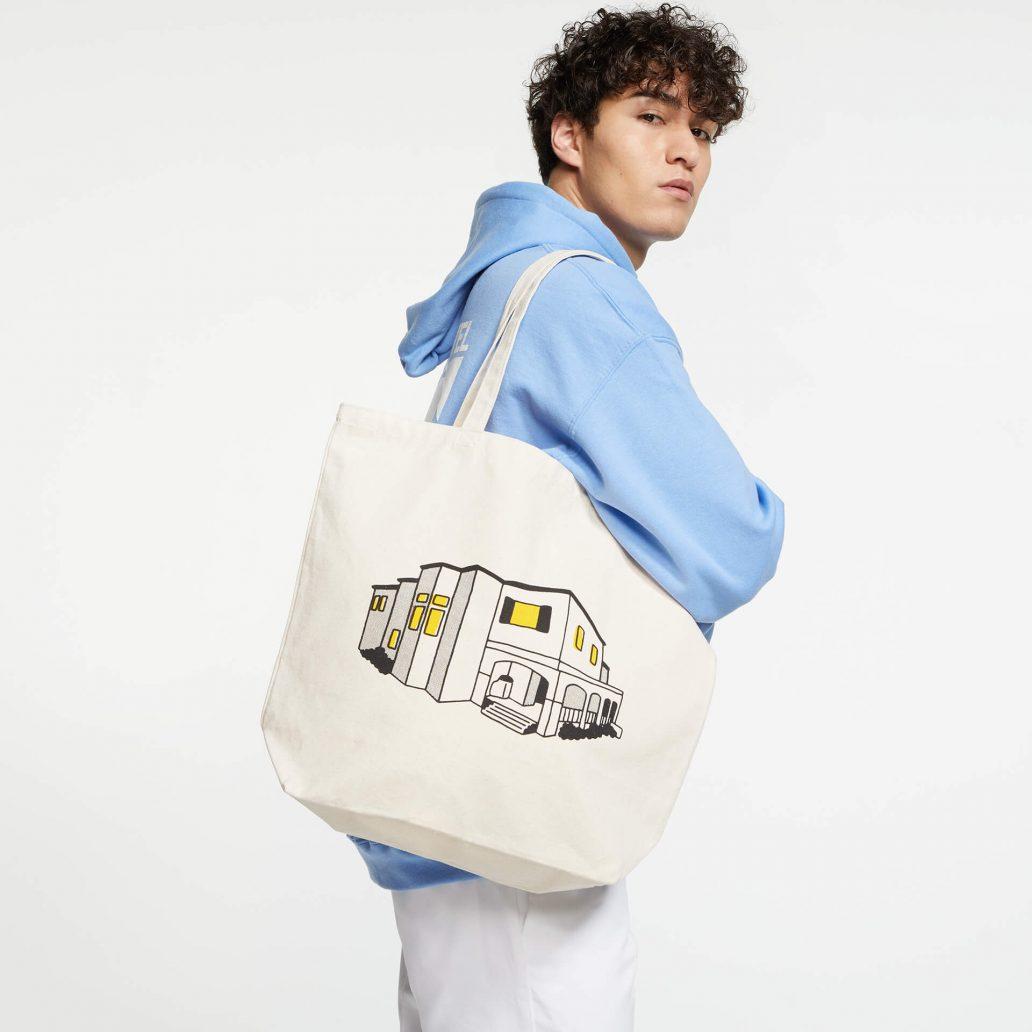 ユービーアイソフトの商品のサイドの写真 レインボーシックス シージ HOUSE トートバッグ 男性モデル着用