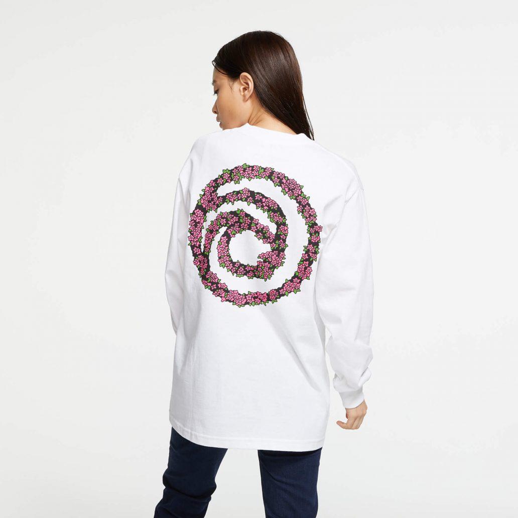ユービーアイソフトの商品の背面の写真 ユービーアイソフト FLOWER ロングTシャツ 女性モデル着用