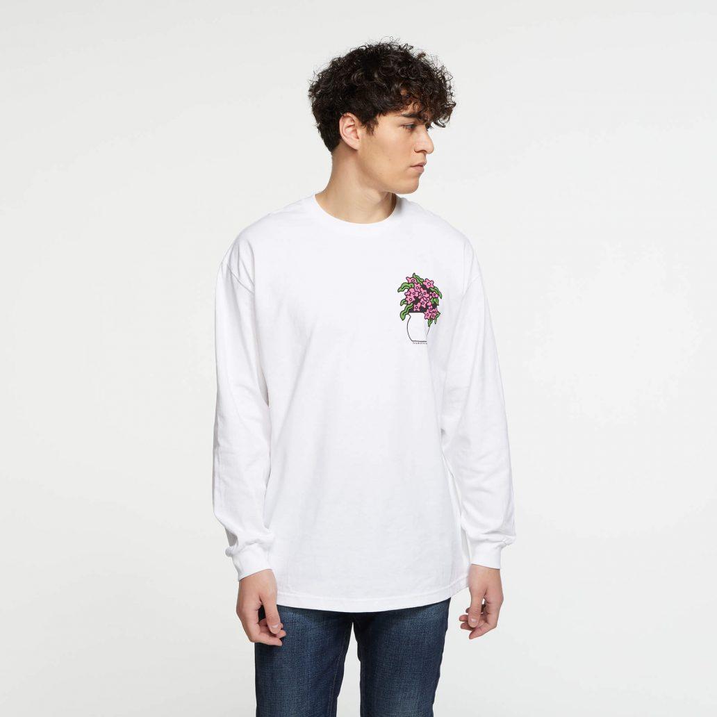 ユービーアイソフトの商品の正面写真 ユービーアイソフト FLOWER ロングTシャツ 男性モデル着用