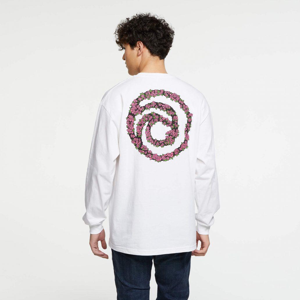 ユービーアイソフトの商品の背面の写真 ユービーアイソフト FLOWER ロングTシャツ 男性モデル着用