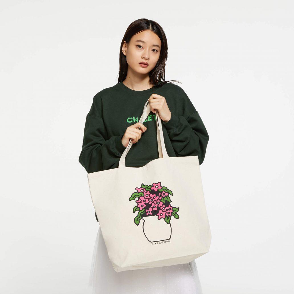ユービーアイソフトの商品の背面の写真 ユービーアイソフト FLOWER トートバッグ 女性モデル着用