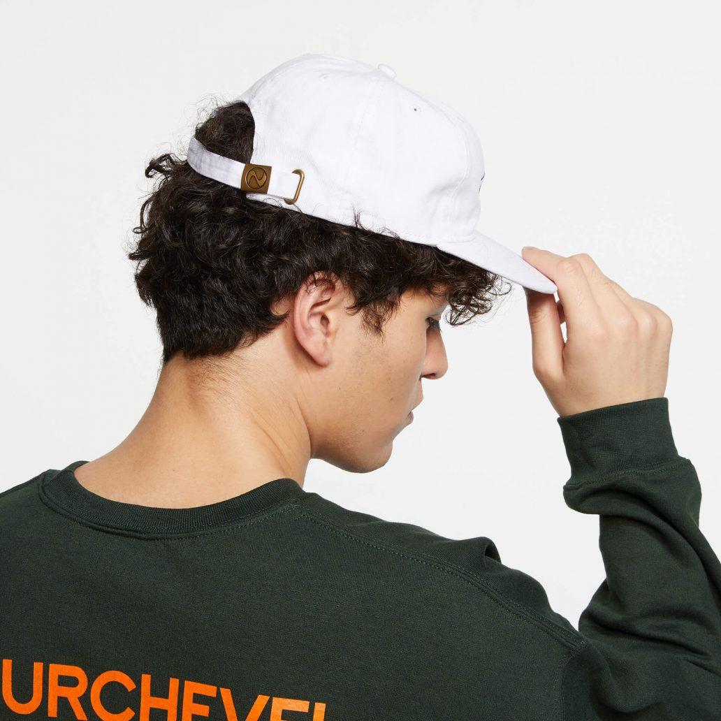 Ubisoft Styleの商品 ユービーアイソフト 90's ロゴ キャップ カラー:白 男性モデル着用のサイド写真