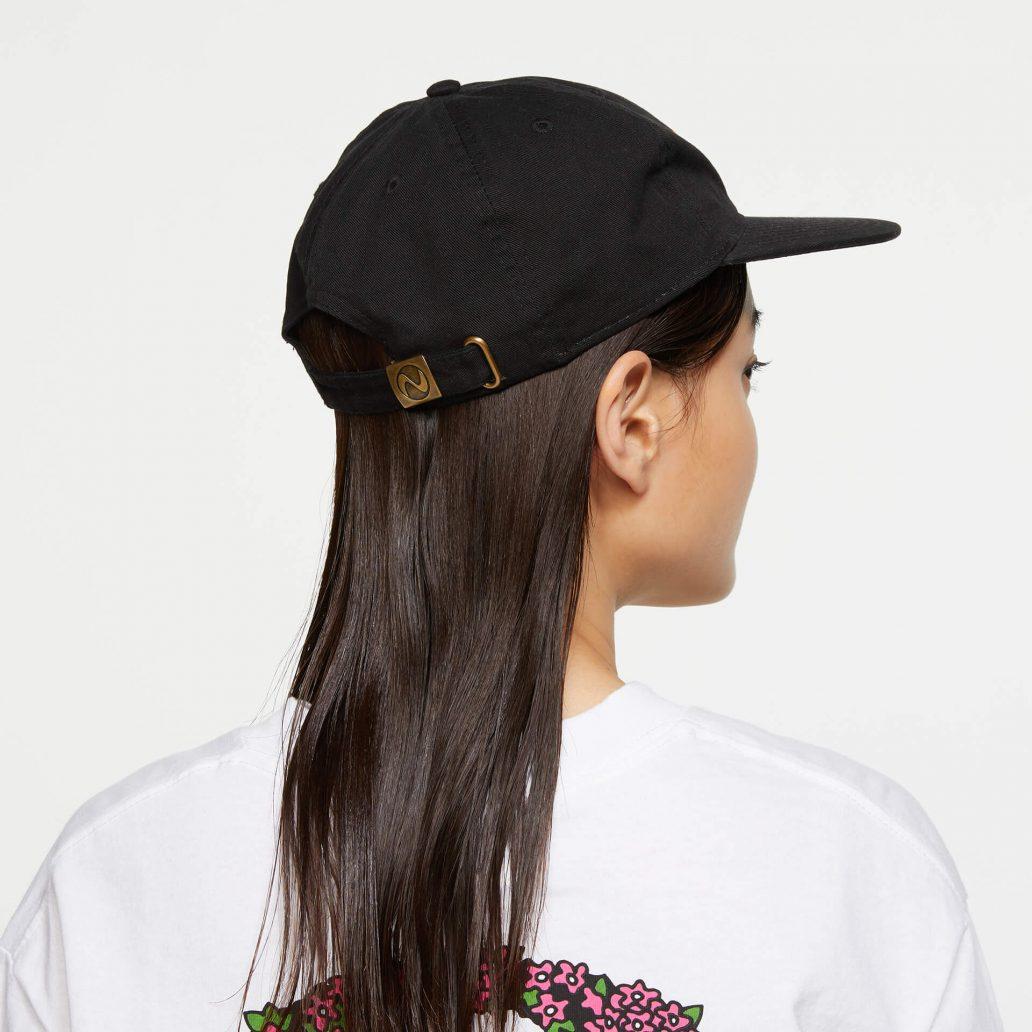 Ubisoft Styleの商品 ユービーアイソフト 90's ロゴ キャップ カラー:ブラック 女性モデル着用のサイド写真