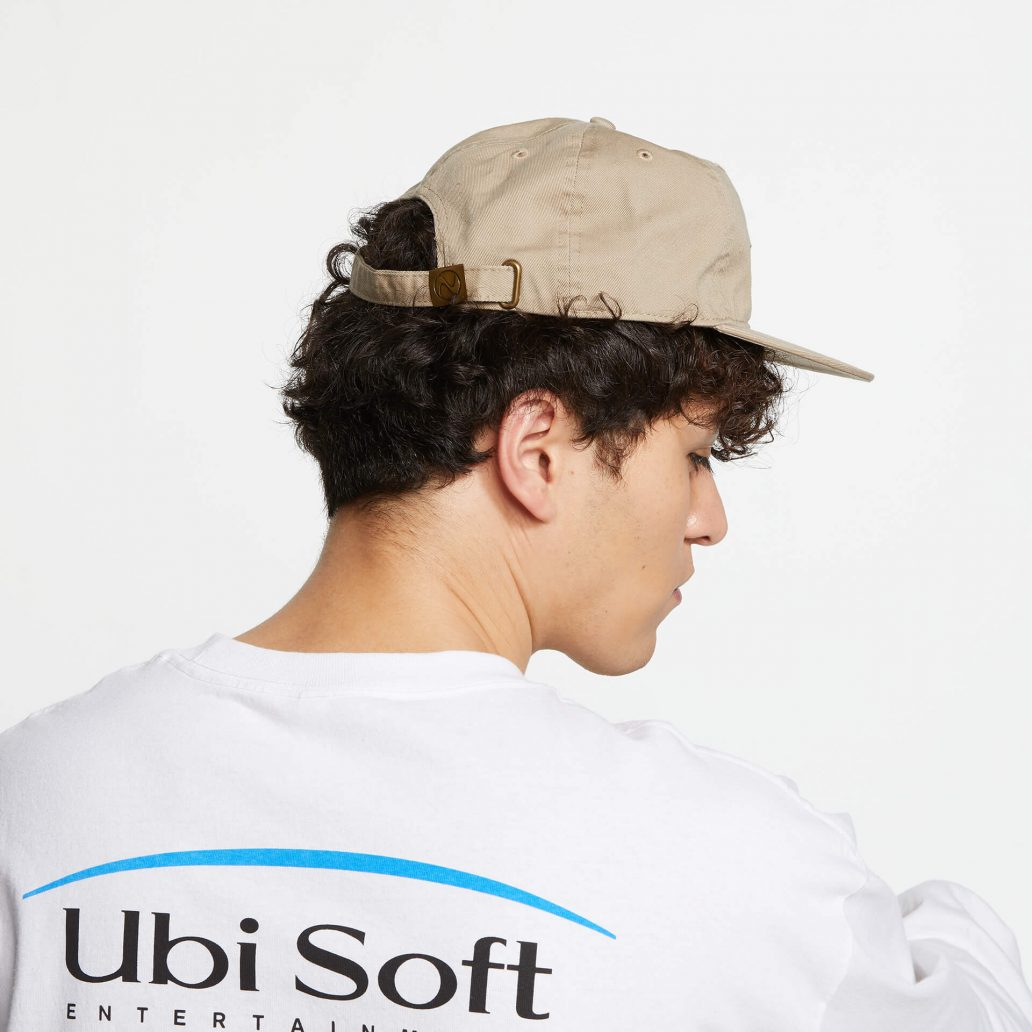 Ubisoft Styleの商品 ユービーアイソフト 90's ロゴ キャップ カラー:ベージュ 男性モデル着用のサイド写真