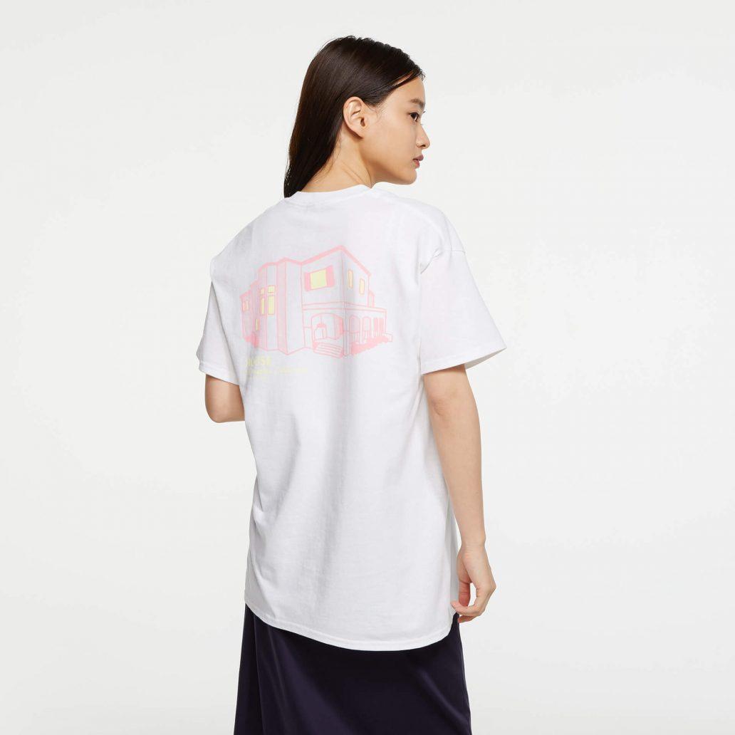 ユービーアイソフトの商品の背面の写真 レインボーシックス シージ HOUSE Tシャツ 女性モデル着用