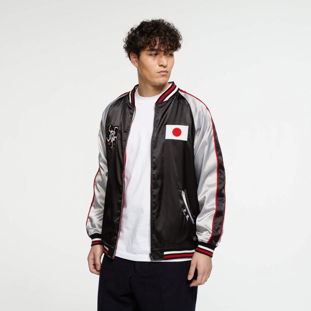 Ubisoft Styleの商品 6コレクション 火花スカジャン 男性モデル着用 黒側(表)の正面写真