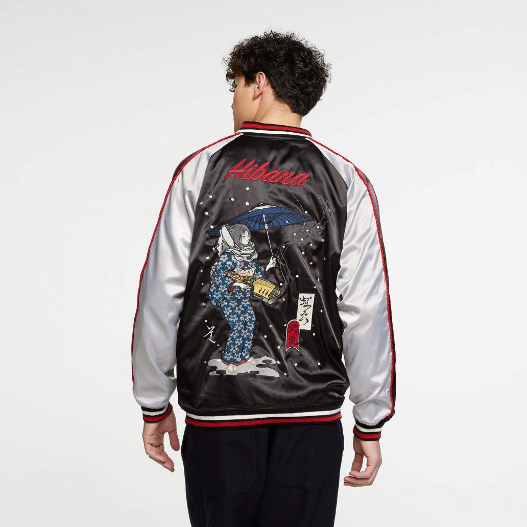 Ubisoft Styleの商品 6コレクション 火花スカジャン 男性モデル着用 黒側(表)のバック写真