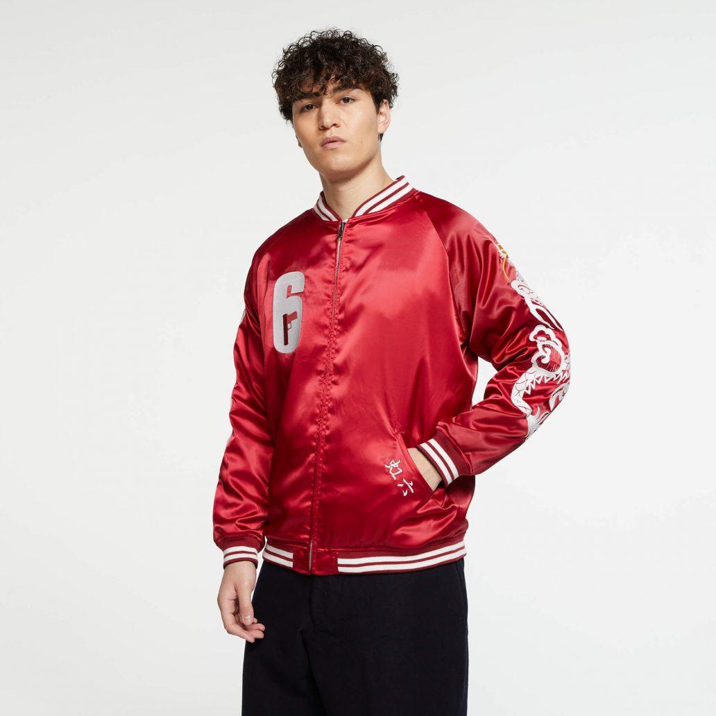 Ubisoft Styleの商品 6コレクション 火花スカジャン 男性モデル着用 赤側(裏)の正面写真