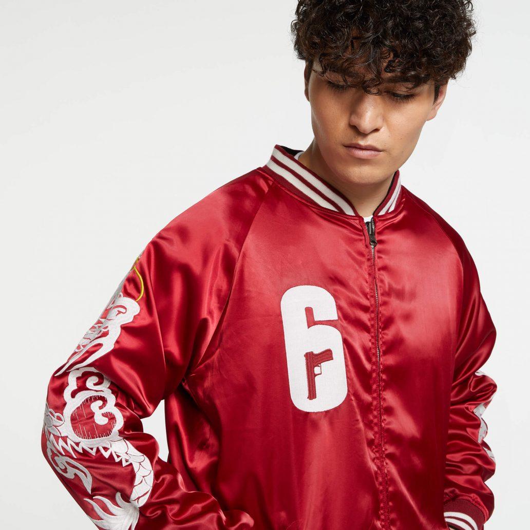 Ubisoft Styleの商品 6コレクション 火花スカジャン 男性モデル着用 赤側(裏)のアップ写真