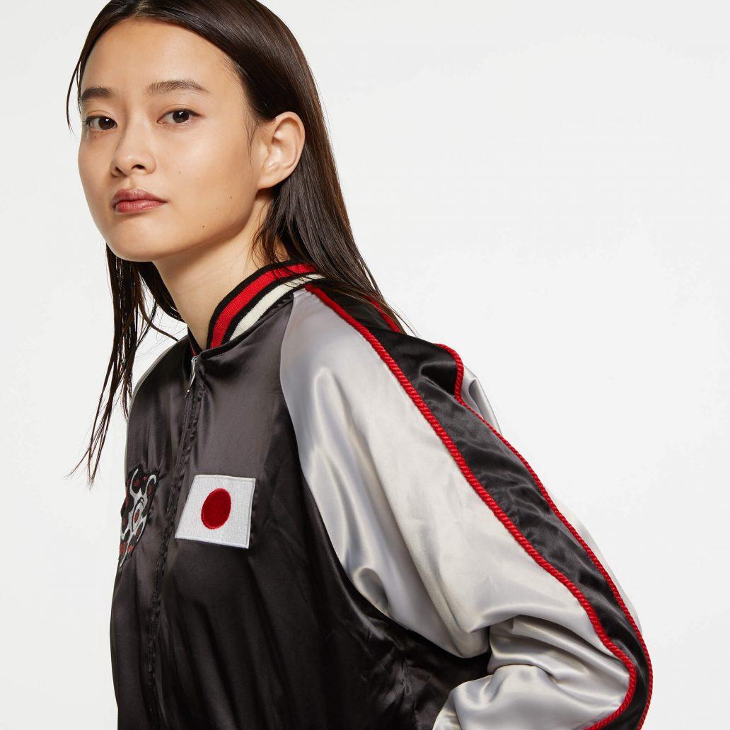 Ubisoft Styleの商品 6コレクション 火花スカジャン 女性モデル着用 黒側(表)のアップ写真