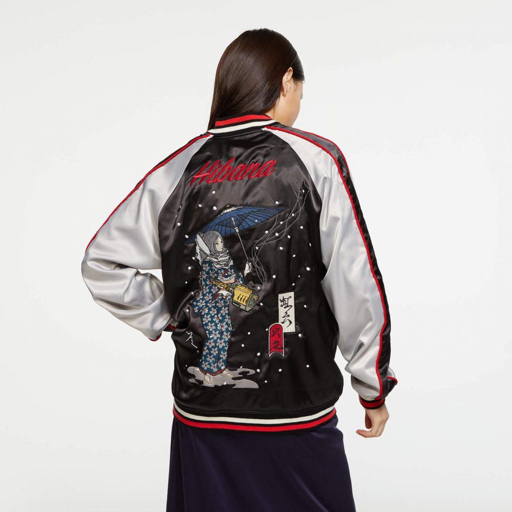 Ubisoft Styleの商品 6コレクション 火花スカジャン 女性モデル着用 黒側(表)の背面写真