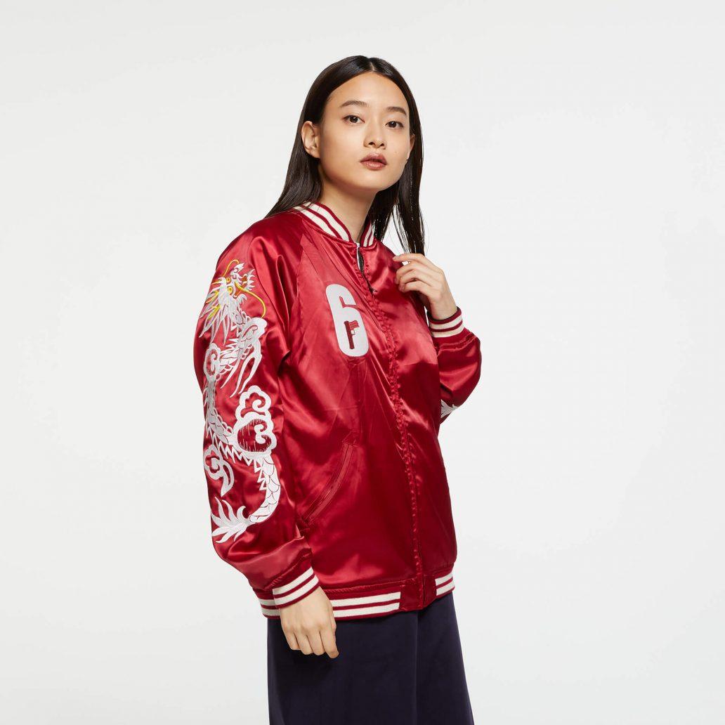 Ubisoft Styleの商品 6コレクション 火花スカジャン 女性モデル着用 赤側(裏)の正面写真