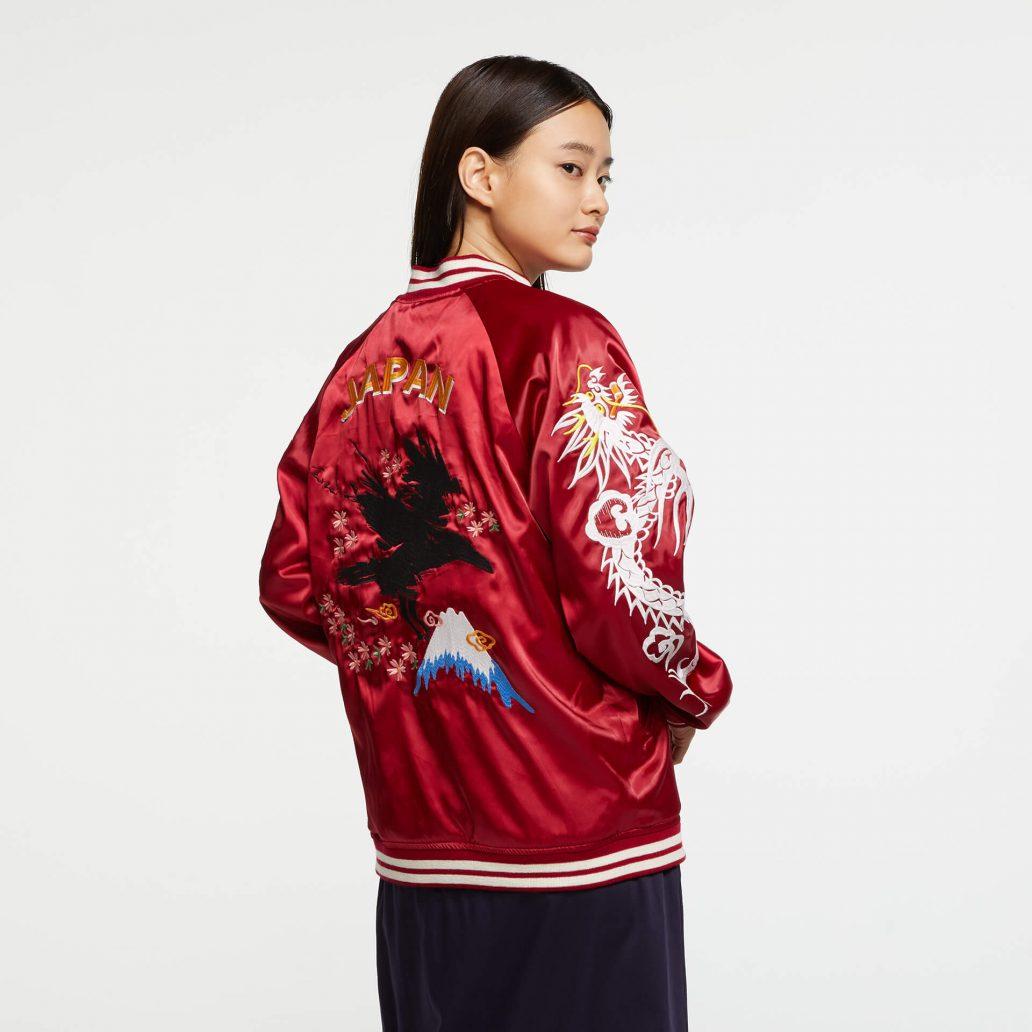 Ubisoft Styleの商品 6コレクション 火花スカジャン 女性モデル着用 赤側(裏)のバック写真