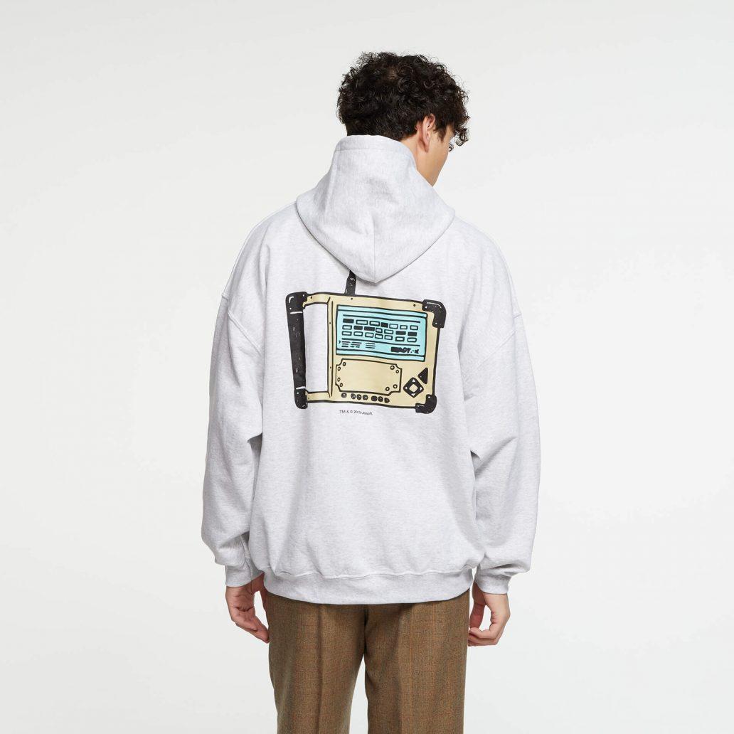 ユービーアイソフトの商品の背面の写真 6コレクション Defuser パーカ 男性モデル着用