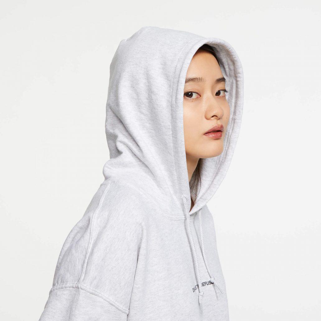 ユービーアイソフトの商品のアップ写真 6コレクション Defuser パーカ 女性モデル頭部のズーム写真