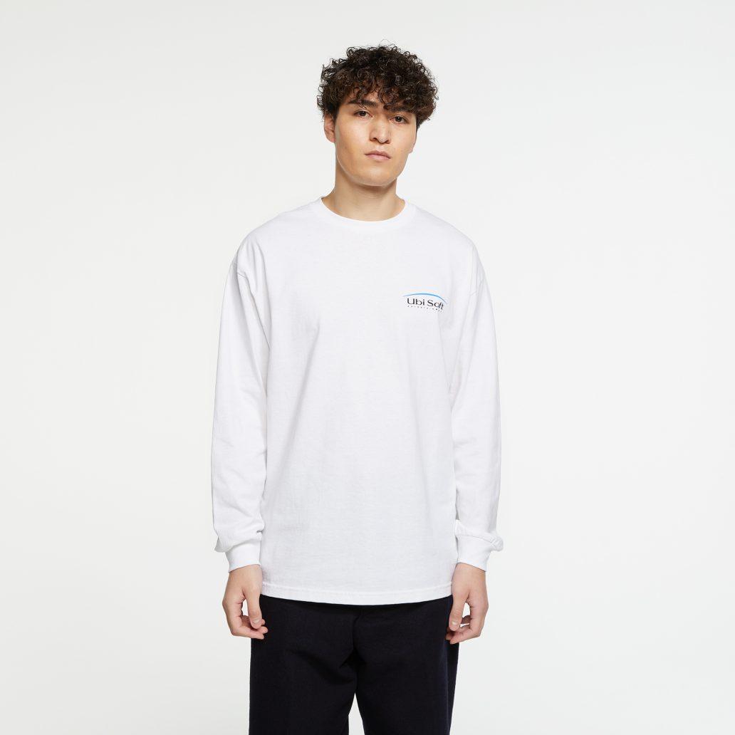 ユービーアイソフトの商品の正面写真 ユービーアイソフト 90's ロングTシャツ 男性モデル着用