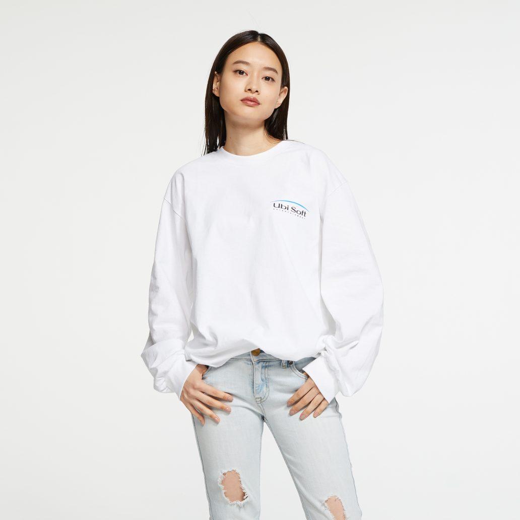 ユービーアイソフトの商品の正面写真 ユービーアイソフト 90's ロングTシャツ 女性モデル着用